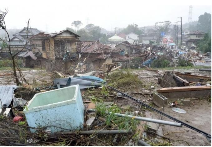 <p> Bão Hagibis đổ bộ vào miền Bắc Nhật Bản 19h tối qua, sau khi mưa lớn và gió giật làm tê liệt hệ thống giao thông thủ đô và các quận lân cận. Tính đến 12h ngày 13/10 (giờ Hà Nội), ít nhất 18 người đã chết ở khu vực Kanagawa, Tochigi, Gunma, Iwate, Miyagi, Fukushima, Chiba và Saitama. 16 người khác mất tích và ít nhất 149 người bị thương, theo <em>NHK</em>. Các quan chức đang cố gắng cập nhật tổng số thương vong. Trong ảnh, nhiều ngôi nhà tại thành phố Ichihara, tỉnh Chiba sập vì gió mạnh khi bão Hagibis đổ bộ.</p>