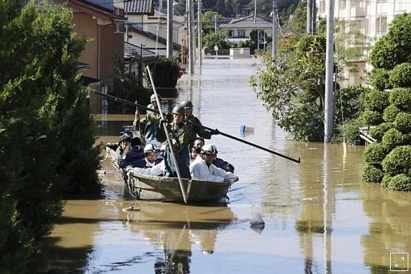 Cư dân địa phương được các binh sĩ Lực lượng phòng vệ Nhật Bảngiải cứu khỏi khu vực bị ngập lụt do cơn bão Hagibis ở Kakuda, quận Miyagi, Nhật Bản, ngày 13/10. Ảnh: Kyodo.