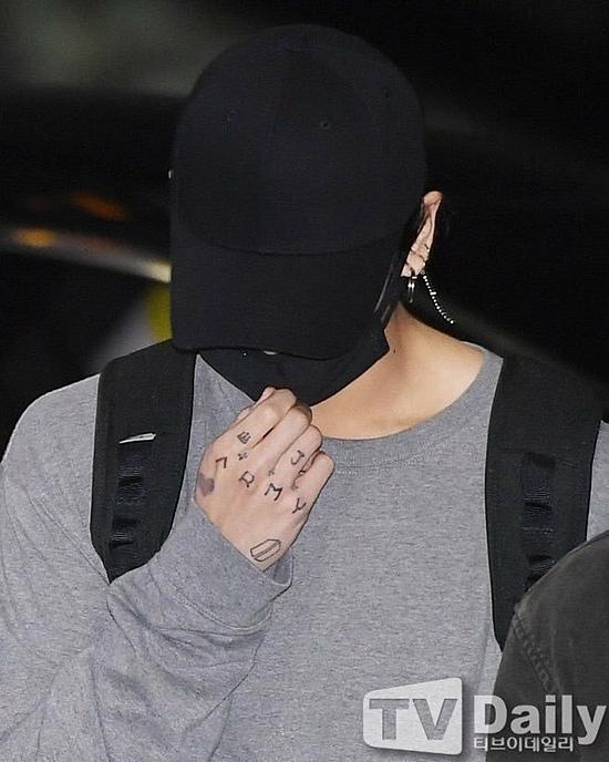 Jung Kook xuất hiện với những hình xăm (hoặc vẽ) trên tay sau kỳ nghỉ.