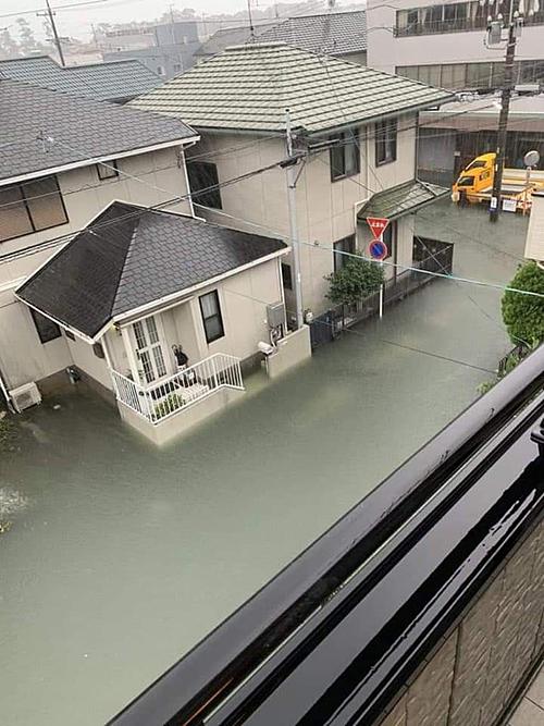 Bão Hagibis - siêu bão được dự đoán mạnh nhất trong lịch sử 60 năm qua tại Nhật Bản - đổ bộ vào miền trung nước này vào lúc 19h tối qua. Hagibis kéo theo mưa lớn, gió giật làm tê liệt hệ thống giao thông thủ đô và các quận lân cận. Cơn bão đã gây ra những trận lở đất, khiến các con sông vỡ bờ. Lũ lụt nghiêm trọng nhấn chìm hàng nghìn ngôi nhà trong biển nước, cuốn theo đồ đạc, vật dụng song xung quanh không có hề có rác.
