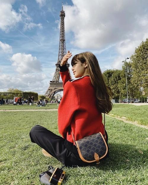 Lisa tung ảnh đẹp như hình tạp chí ở Paris.