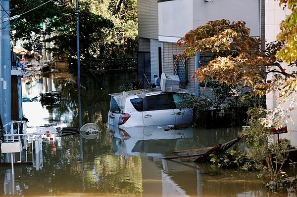 Một chiếc ô tô được nhìn thấy ngập một phần tạikhu dân cư ngập lụt ở Kawasaki hôm 13/10 sau khi cơn bão Hagibis tấn công khu vực này. Xung quanh hầu như không có rác, túi nilon nào. Ảnh: Reuters.