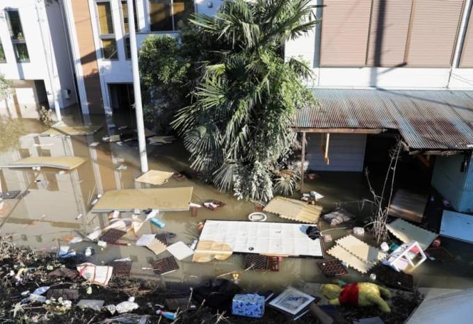 <p> Hagibis là một trong những cơn bão mạnh nhất tấn công Nhật Bản những năm gần đây với tốc độ gió lên đến 216 km/h. Trong ảnh, nước ngập cuốn trôi những vật dụng, tấm chắn, đồ đạc.</p>
