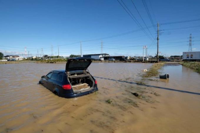 <p> Một ôtô bị nước lũ cuốn ra cánh đồng tại Higashi-matsuyama, tỉnh Saitama.</p>