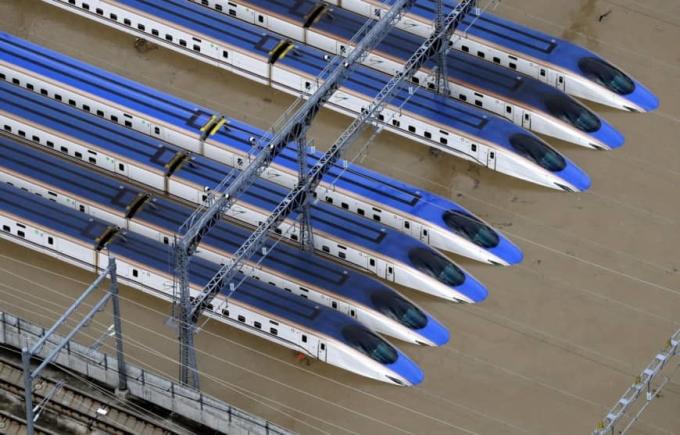 <p> Tàu cao tốc Shinkansen bị nhấn chìm một phần tại Akanuma, tỉnh Nagano, miền trung Nhật Bản sau khi nước sông Chikuma dâng cao.</p>