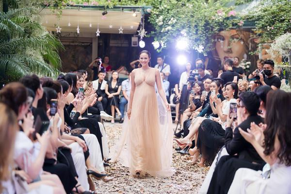 Trong show thời trang I'm Going của NTK Hà Duy diễn ra vào chiều 12/10 tại Hà Nội, MC Phương Mai khiến hàng trăm vị khách bất ngờ khi xuất hiện ở vai trò model. Cô là người mở màn cho bộ sưu tập dạ hội cao cấp của NTK Hà Duy.