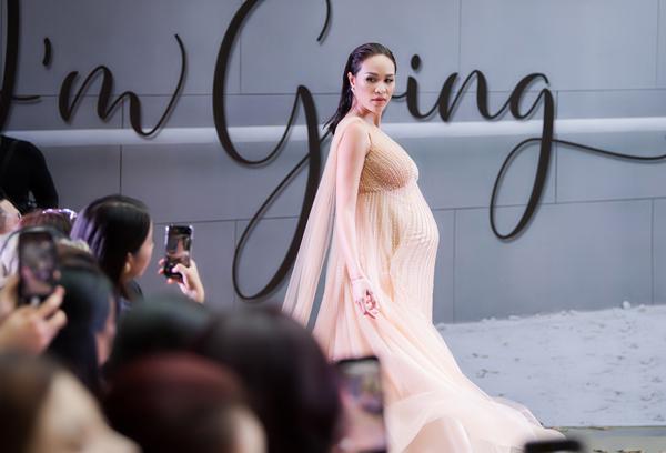 Đang mang thai ở tháng thứ 8 nhưng nữ MC bước đi rất nhanh nhẹn, thần thái chuyên nghiệp và nhận được nhiều tràng vỗ tay từ khán giả.