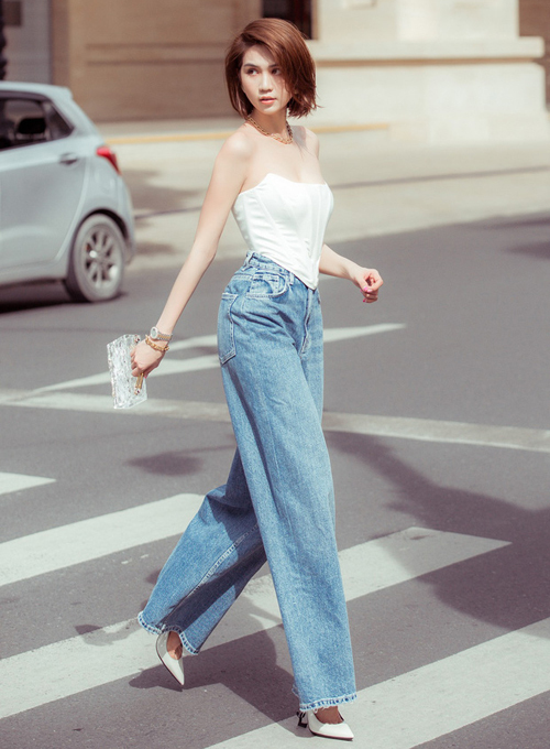 Từ khi đổi sang phong cách cool ngầu khi dạo phố, Ngọc Trinh nhận được nhiều lời khen ngợi. Street style của cô nàng cũng được nhiều sao Việt học hỏi. Một trong những bộ cánh được yêu thích nhất của Ngọc Trinh là áo dáng corset kết hợp cùng quần jeans ống thụng, tạo nên tổng thể gợi cảm và rất hiện đại.