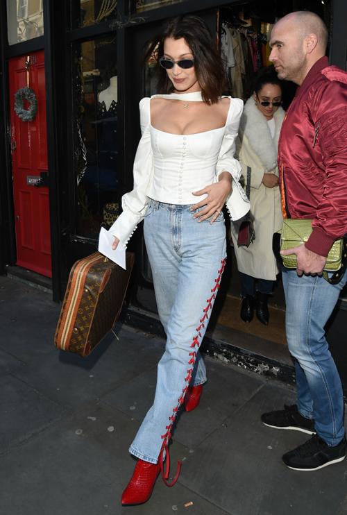 Là tín đồ của thời trang thập niên 90, 2000, Bella Hadid đã giúp nhiều phong cách vintage gây sốt trở lại. Cách mặc áo nâng ngực màu trắng đi kèm quần jeans được cô lăng xê rất nhiệt tình.
