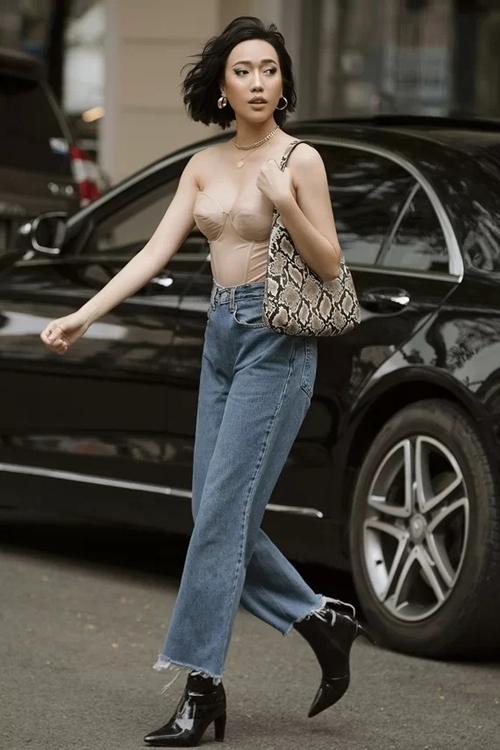 Diệu Nhi bị gọi là bản sao Ngọc Trinh khi bắt chước cách mix đồ tôn dáng này. Năm nay, áo bustier (áo lót nâng ngực) trở thành hot trend, được nhiều người đẹp diện ra phố.