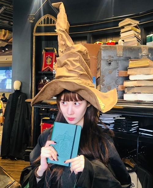 Seo Hyun hóa cô phù thủy nhà Slytherin trong chuyến tham quan Hogwarts ở Universal Studios.