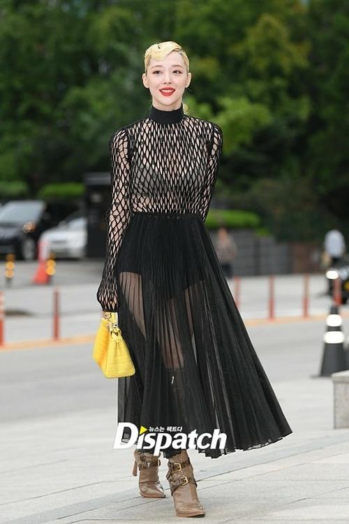 Sulli nhận nhiều chỉ trích khi diện váy xuyên thấu dự sự kiện ngày 4/9.