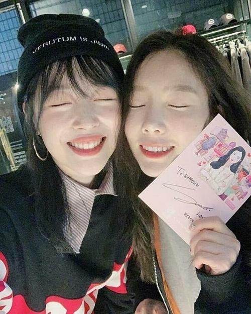 Tae Yeon (phải) tuyên bố hoãn phát hành album mới Purpose sau khi nghe tin dữ về người em thân thiết.