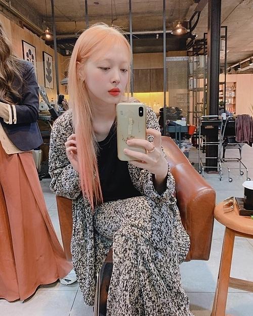 Ngày 9/9, Sulli khoe ảnh selfie trong lúc đi shopping.