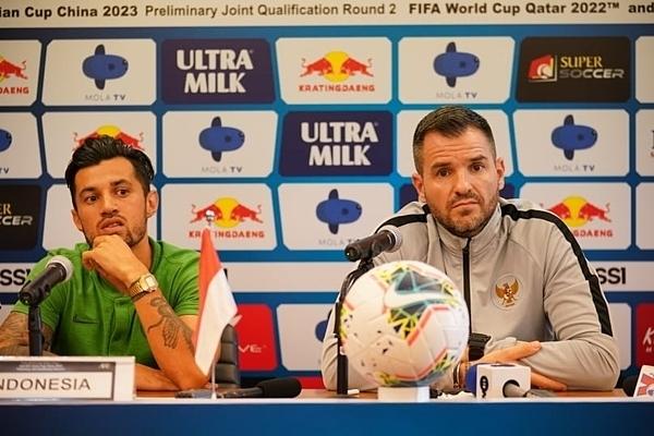 HLV trưởng Simon Mcmenemy (phải)và cầu thủ Stefano Lilipaly của Indonesia tham dự họp báo kĩ thuật.