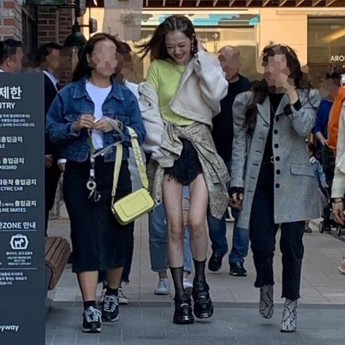Ngày 13/10, Sulli có buổi chụp hình cho một thương hiệu thời trang.