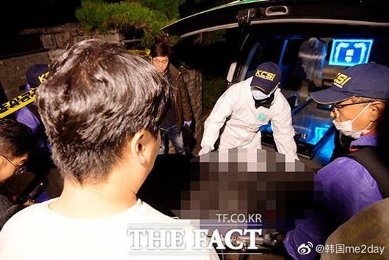 Thi thể của Sulli được chuyển tới bệnh viện sau khi cảnh sát kết thúc điều tra.