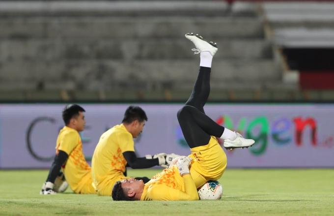 <p> Ở trận đấu gặp Malaysia trên sân Mỹ Đình cách đó ít ngày, Văn Lâm có nhiều pha cứu thua cho đội nhà. Tuy nhiên, ở một vài tình huống, ai gặp sai lầm khiến khán giả thót tim. Lần này, CĐV vẫn mong chờ sự tỏa sáng và tin tưởng ở phong độ của nam thủ thành số một Việt Nam hiện nay.</p>