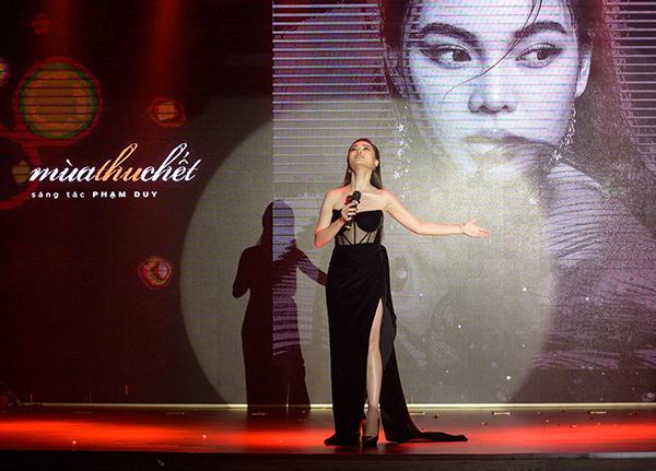 Giang Hồng Ngọc hát live trên sân khấu ra mắt album Mùa thu chết.