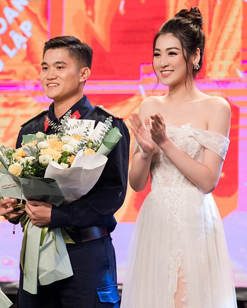 Người đẹp Tú Anh nhận nhiệm vụ vinh dự cùng diễn viên điện ảnh Trương Ngọc Ánh lên sân khấu trao giải quán quân.