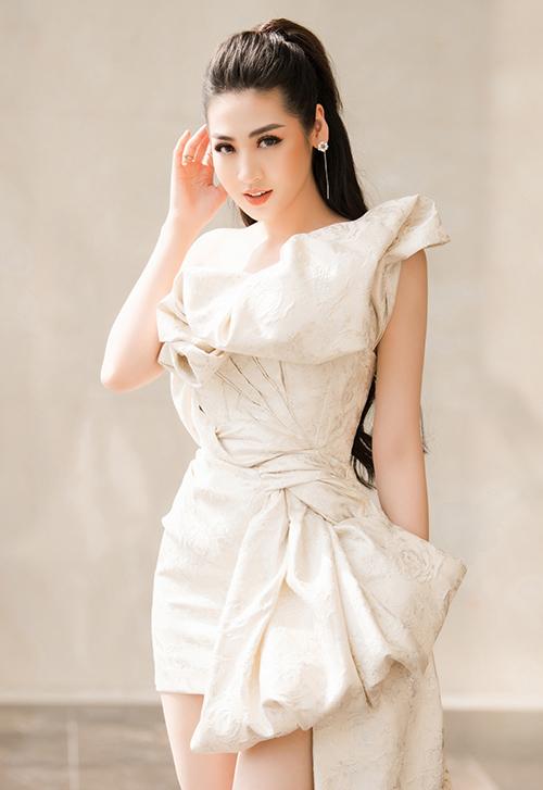 Cô diện chiếc váy lệch vai bất đối xứng, khoe vóc dáng thanh mảnh dù đã là bà mẹ một con.