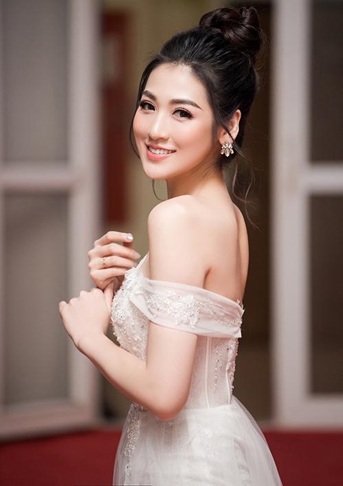 Đổi sang váy trễ vai xẻ tà cao, Tú Anh cũng đồng thời đổi kiểu tóc, cách trang điểm để tôn lên vẻ mong manh.