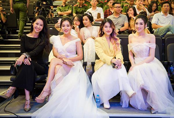 Trong sự kiện, Tú Anh hội ngộ những người đẹp Dương Thùy Linh - Thanh Hương và Ngọc Thanh Tâm.