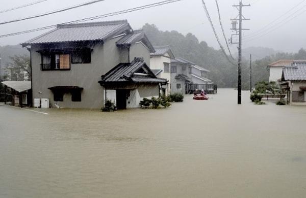 Những cơn mưa lớn do cơn bão Hagibis gây ra làm ngập lụt một khu dân cư ở Ise, tỉnh Mie. Ảnh: Kyodo.
