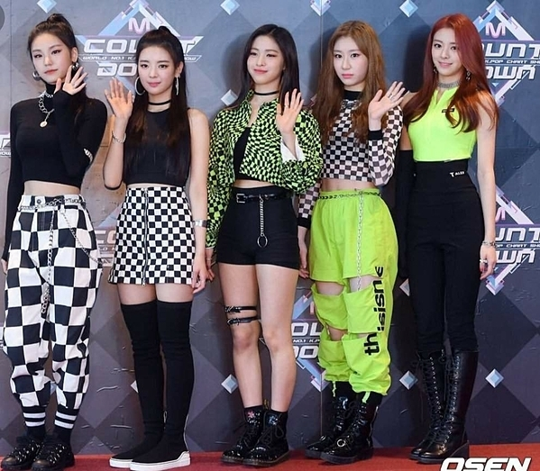 Nhiều netizen cho rằng ITZY luôn phải mặc những item có màu sắc kỳ dị, cách mix đồ khó hiểu.