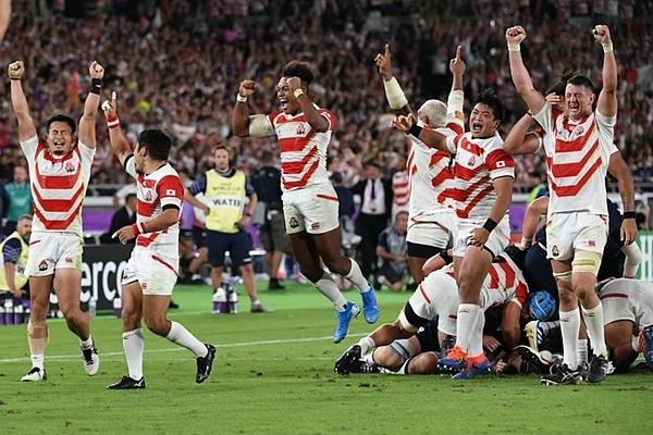 Nhật Bản ăn mừng chiến thắng tối 13/10.