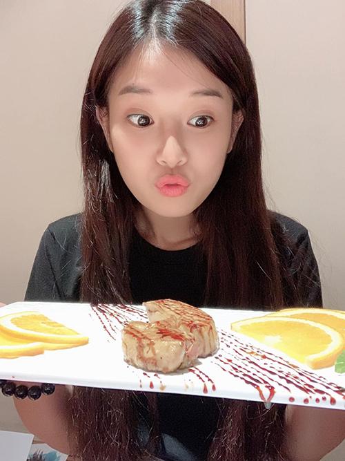 Hoàng Yến Chibi biểu cảm mặt háo hức khi được ăn ngon.