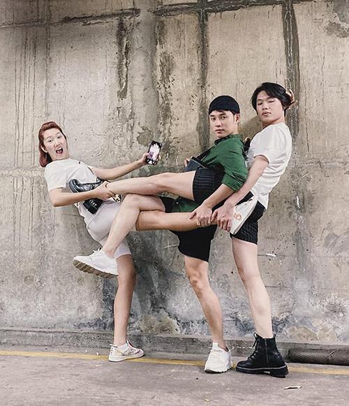 Bộ ba Thúy Ngân - Trúc Ngân - Quang Trung gây thích thú với ảnh chồngchân hài hước.
