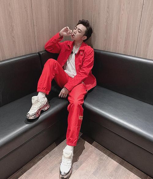 Soobin Hoàng Sơn mặc cả cây đỏ chói lóa.