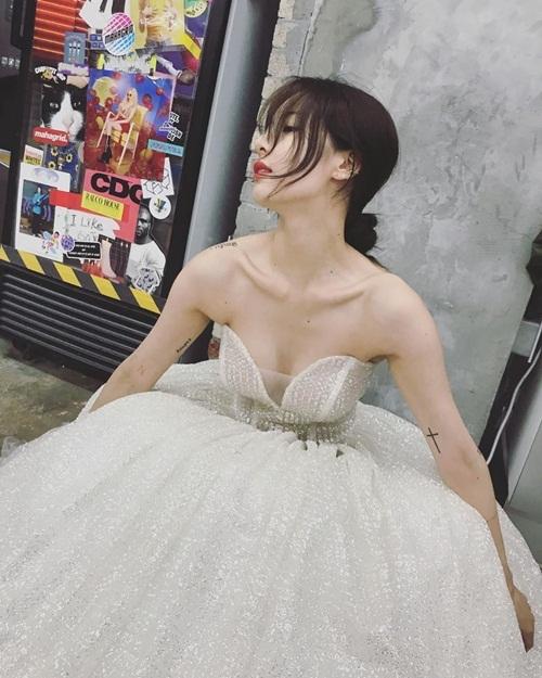 Hyuna diện đầm cúp ngực hở bạo.