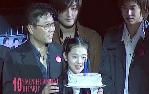 Sulli bắt đầu làm thực tập sinh của SM năm 11 tuổi. Trong ngày sinh nhật 10 năm của SM năm 2005, Sulli có vinh dự thổi nến bên cạnh chủ tịch Lee So Man và các thành viên H.O.T, DBSK.