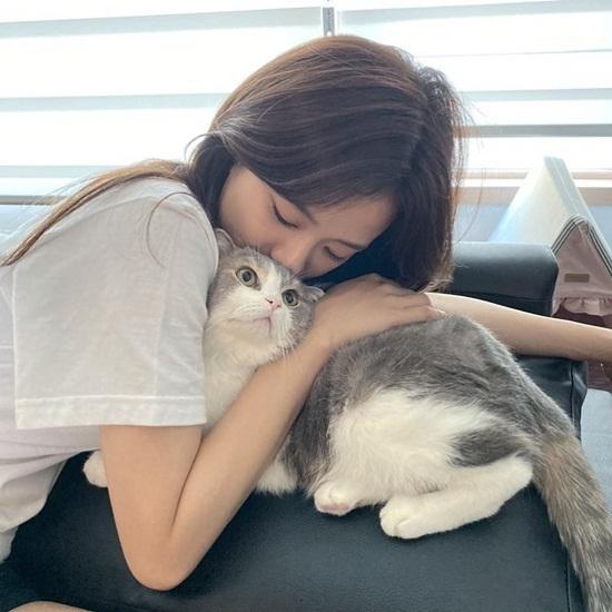 Ji Soo ôm hôn mèo cưng Leo của Lisa.