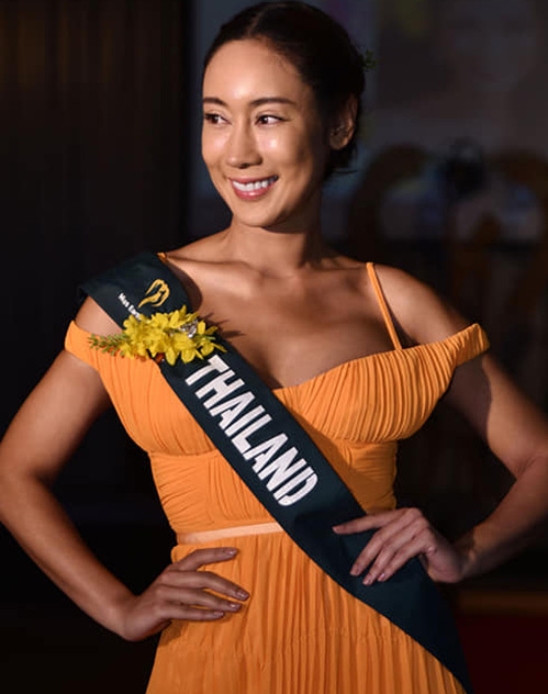 Hoa hậu Thái Lan không tẩy trang sạch hoàn toàn mà vẫn trang điểm nhẹ. Tuy nhiên nhan sắc của cô khi thiếu son phấn kỹ lưỡng không thực sự thu hút.