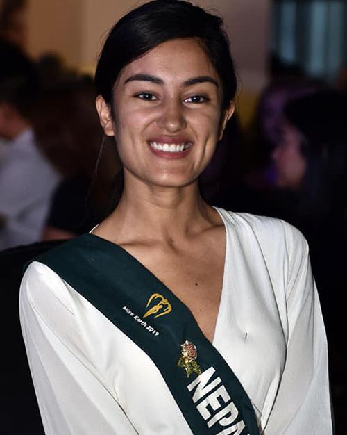 Đại diện Nepal có gương mặt dễ mến, tuy nhiên trông có phần dừhơn tuổi 23.