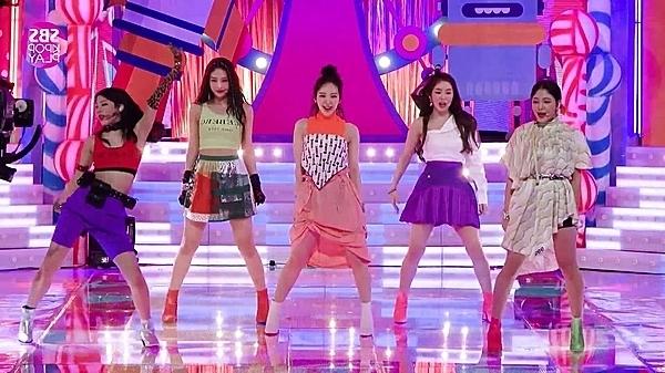 Nhan sắc của Red Velvet bị dìm hàng thê thảm trong những outfit kỳ quặc.