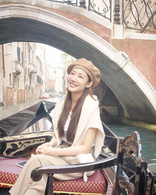 Park Min Young khoe nụ cười rạng rỡ trong chuyến du lịch.