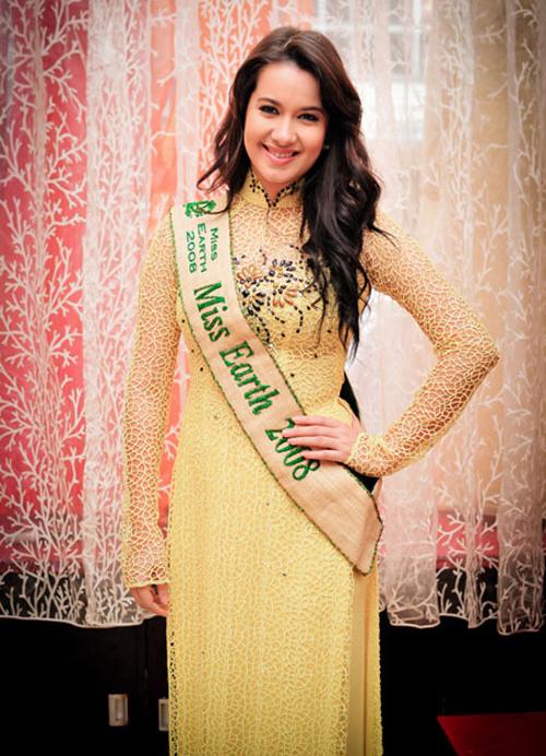 Hoa hậu Trái đất 2008 Karla Paula đẹp mặn mà với áo dài ren