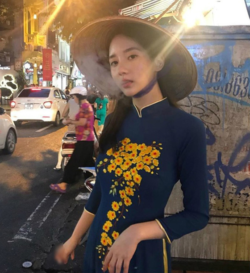 Han Seo Hee lại khiến cả netizen Hàn lẫn Việt ngứa mắt đến vậy. Bạn gái cũ của T.O.P (Big Bang) vốn xuất thân thiên kim đại tiểu thư nhưng lại liên tục vướng scandal. Trong một lần tới Việt Nam, cô đã thu về thêm không ít anti fan khi tự tay cô chia sẻ hình ảnh diện áo dài truyền thống nhưng lại phì phèo thuốc lá trên tay.