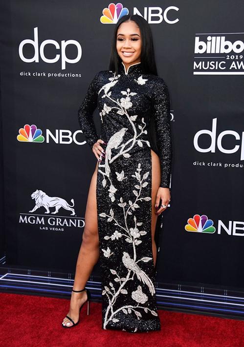 Kacey Musgraves không phải là sao ngoại đầu tiên biến tấu áo dài theo cách khó coi.lễ trao giải Billboard Music Awards 2019