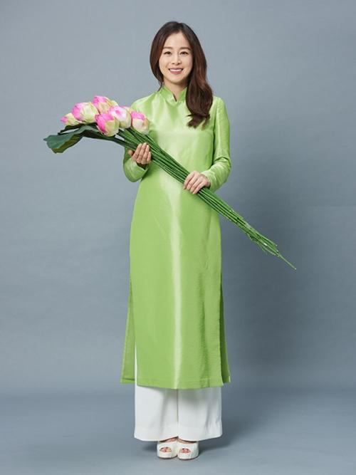 từng diện trang phục truyền thống Việt Nam trong một đoạn phim quảng cáo. Trong clip, cô chia sẻ: Tôi đã nhìn thấy áo dài nhưng chưa từng mặc thử bao giờ. Tôi cảm thấy áo dài nữ tính, thoải mái, lại khéo tôn vẻ đẹp gợi cảm của phụ nữ. Rất là đẹp.