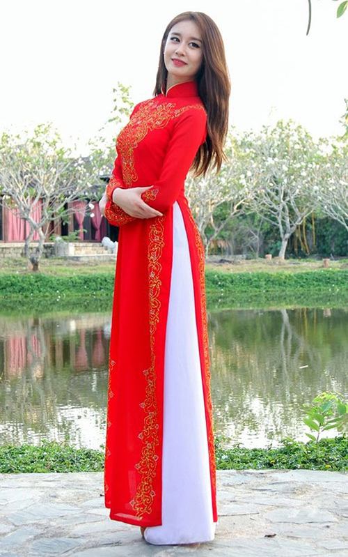 Ji Yeon có thân hình mảnh mai nên cũng rất hợp với bộ áo dài Việt.