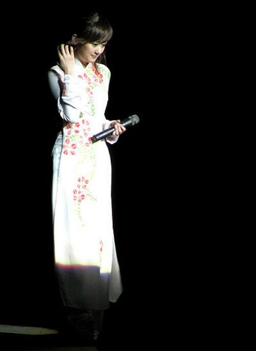 Jang Na Ra thơ ngây với áo dài trắng thêu hoa.
