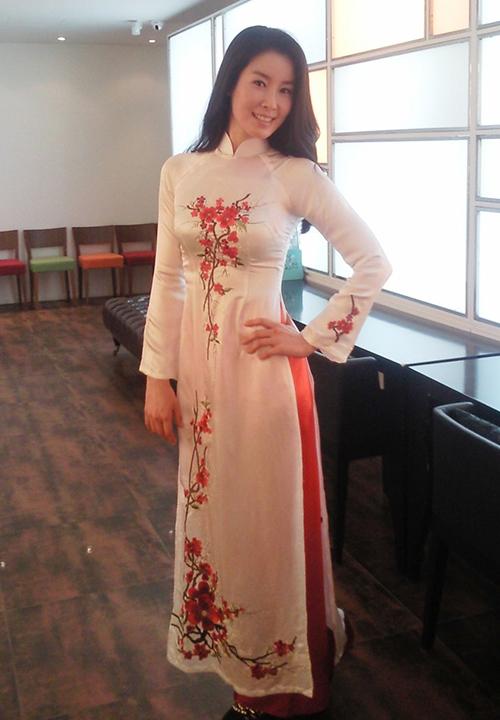 Nữ diễn viên Những nàng công chúa nổi tiếng - Lee Tae Ran - khoe dáng trong tà áo dài do fan Việt gửi tặng.