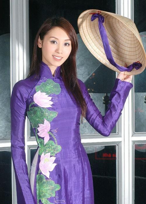 Đến Việt Nam vào năm 2005 trong vai trò giám khảo khách mời của cuộc thi Siêu mẫu 2005, diễn viên Hong Kong Quách Khả Doanh cũng dịu dàng với áo dài tím và nón lá.