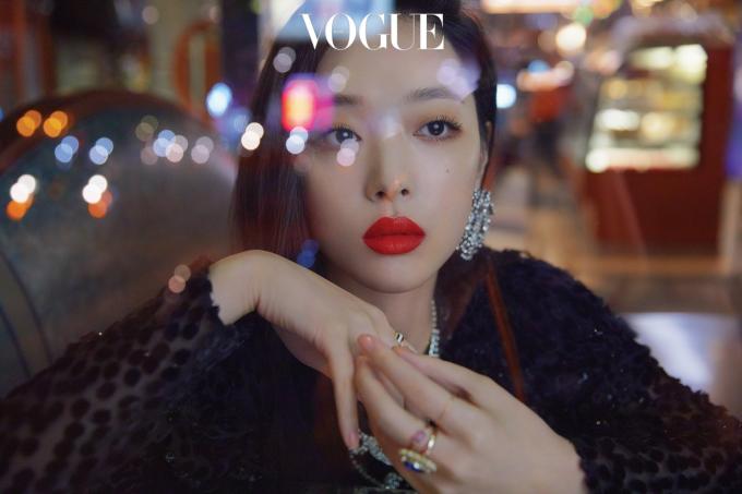 """<p> Dung mạo của người đẹp 25 tuổi cũng được khen ngợi """"đỉnh cao"""" trong loạt hình chụp cho Vogue Hàn số tháng 10/2018.</p>"""