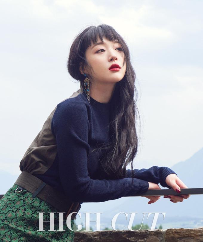 """<p> Tạp chí đình đám Hàn Quốc High Cut số 185 (tháng 9/2016) bán đắt khách nhờ sự xuất hiện của """"nữ thần nhan sắc"""" Sulli.</p>"""